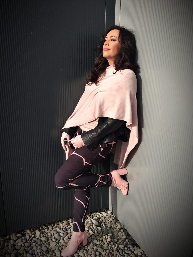 Pink poncho, pants Demir Doma, Boots Asos, Style, Fashion, Mode, Modeblog Augsburg, DIOR, DIOR Sonnenbrille, DIOR eyewear, Shades