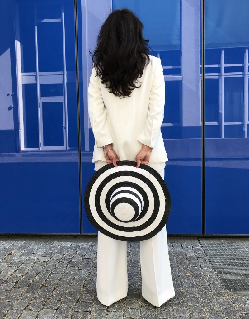 White suit Zara, hat Vero Moda, Shoes Peter Kaiser, eyewear Prada, ageless style, ladies fashion, bestage, streetchic, streetwear, streetfashion, summerlook, cityfashionblogger, fashionblog Augsburg, Damenmode, Bekleidung, Modeblogger