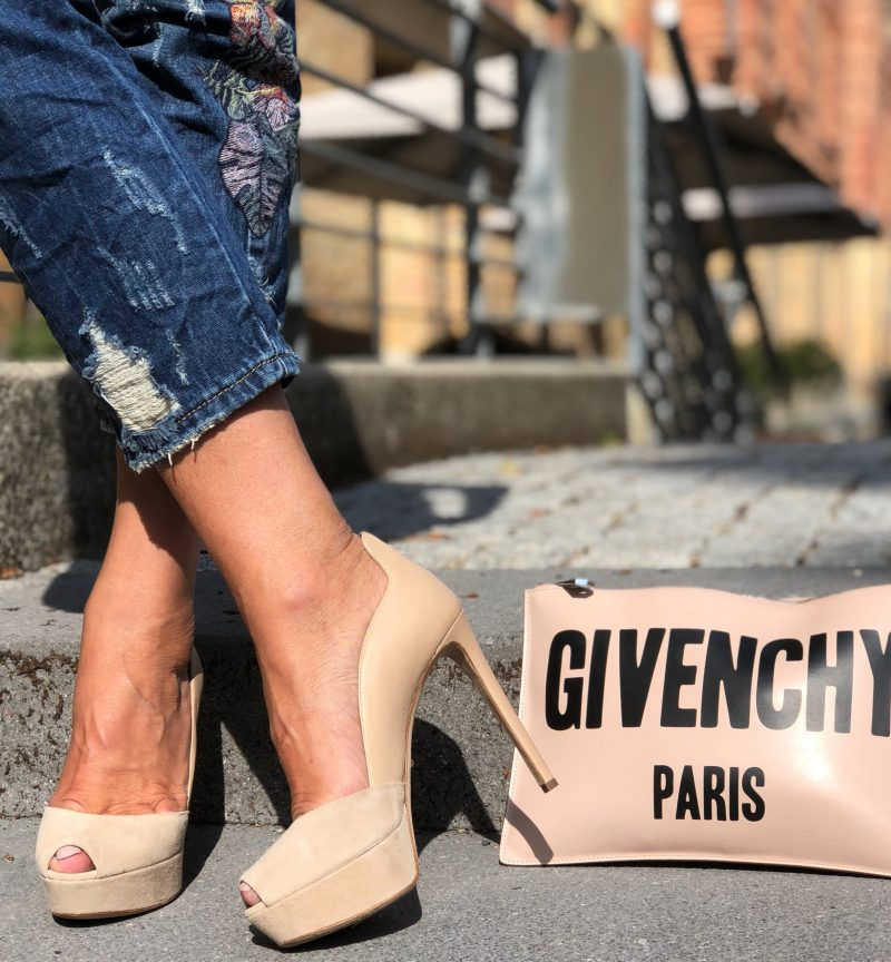 Luxury fashion jeans, Sergio Rossi shoes, Givenchy bag, Lanidor top, Dior shades, Fashionblog Augsburg, Modeblogger, ageless style, styleatanyage, Bekleidung, Damenmode, Designerwear, eyewearblogger, eyewearfashion, mystyle, Fashionweek