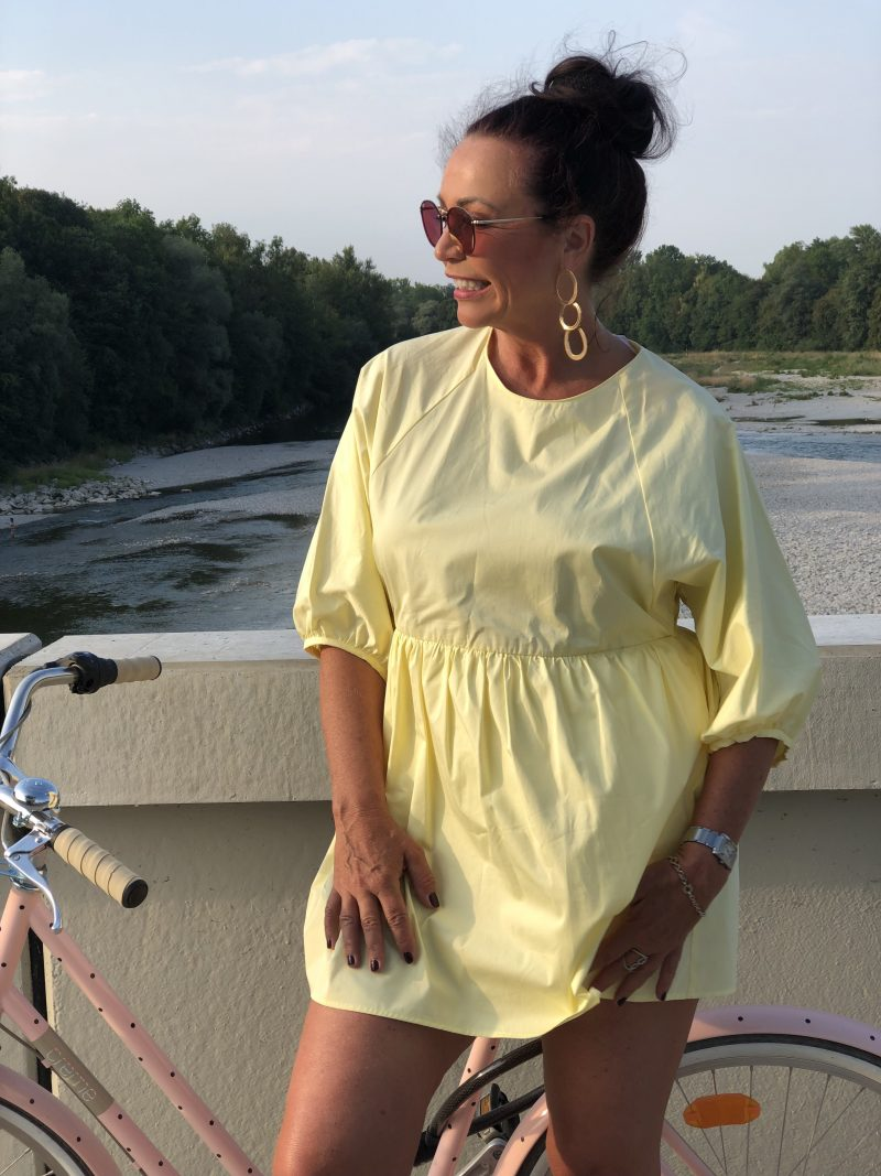 Yellow summer dress Zara, Shoes Asos, Shades Ray-Ban, earrings Mango, bike Creme, summerlook, ageless fashion, Modeblogger, Fashionblog Augsburg, streetchic, summerdress, streetstyle, Damenmode, Bekleidung