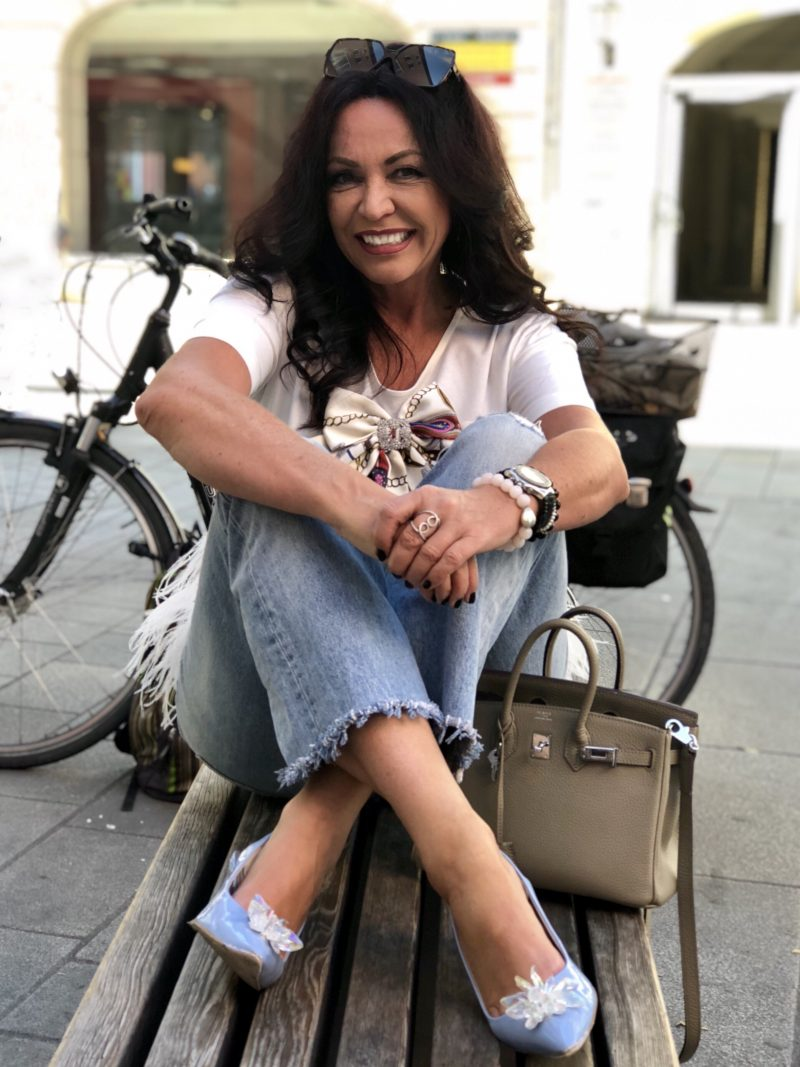 Feathers top Souvenir fashion, GAP jeans, denim, boho style, Hermés bag, bow, italian fashion, styleover50, streetchic, streetstyle, Modeblogger, Fashionblog Augsburg, Bekleidung, damenmode, eyewearfashion, Sonnenbrille, YSL, bestage, ageless style