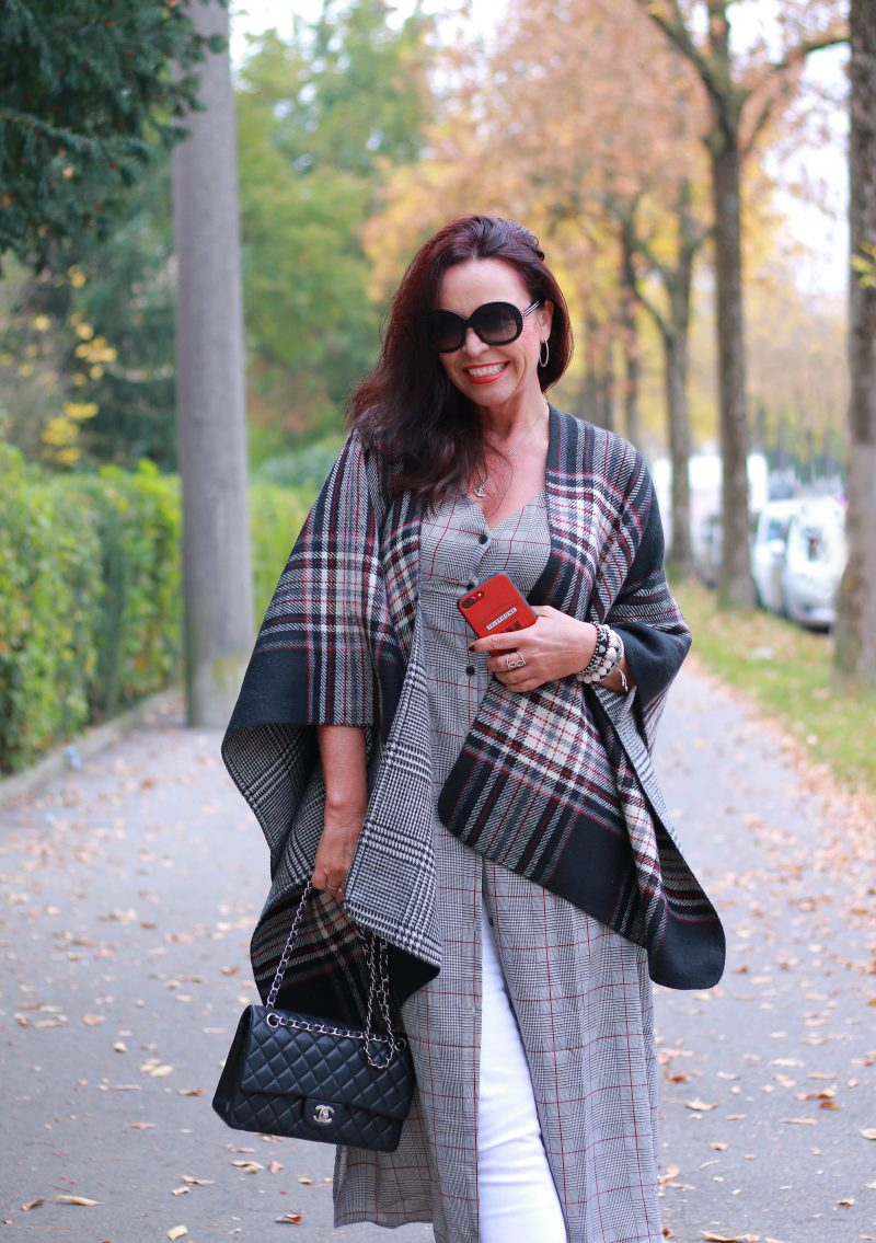Gingham Poncho Steve Madden, Gingham dress Mango, Bag Chanel, Jeans Marciano, Shoes Buffalo, Shades Giorgio Armani, Streetfashion, Streetwear, pfw, over50, ageless style, Bekleidung Fashionblog Augsburg