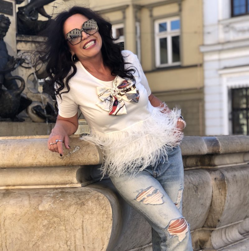 Feathers top Souvenir fashion, GAP jeans, denim, boho style, Hermés bag, bow, italian fashion, styleover50, streetchic, streetstyle, Modeblogger, Fashionblog Augsburg, Bekleidung, damenmode, eyewearfashion, Sonnenbrille, YSL, bestage, ageless style