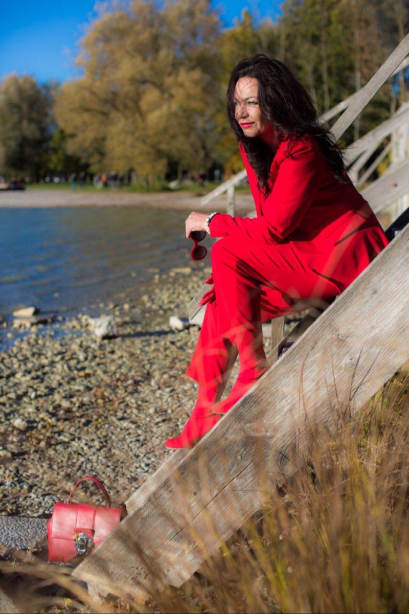 Red suit Zara, Dolce & Gabbana bag, Chanel sunglasses, Aldo castagna boots, red outfit, Fashionblog Augsburg, streetstyle, streetwear, falloutfit, ageless fashion, eyewearblogger, fashionweek, Bekleidung, Damenmode, style for ladies, designerwear