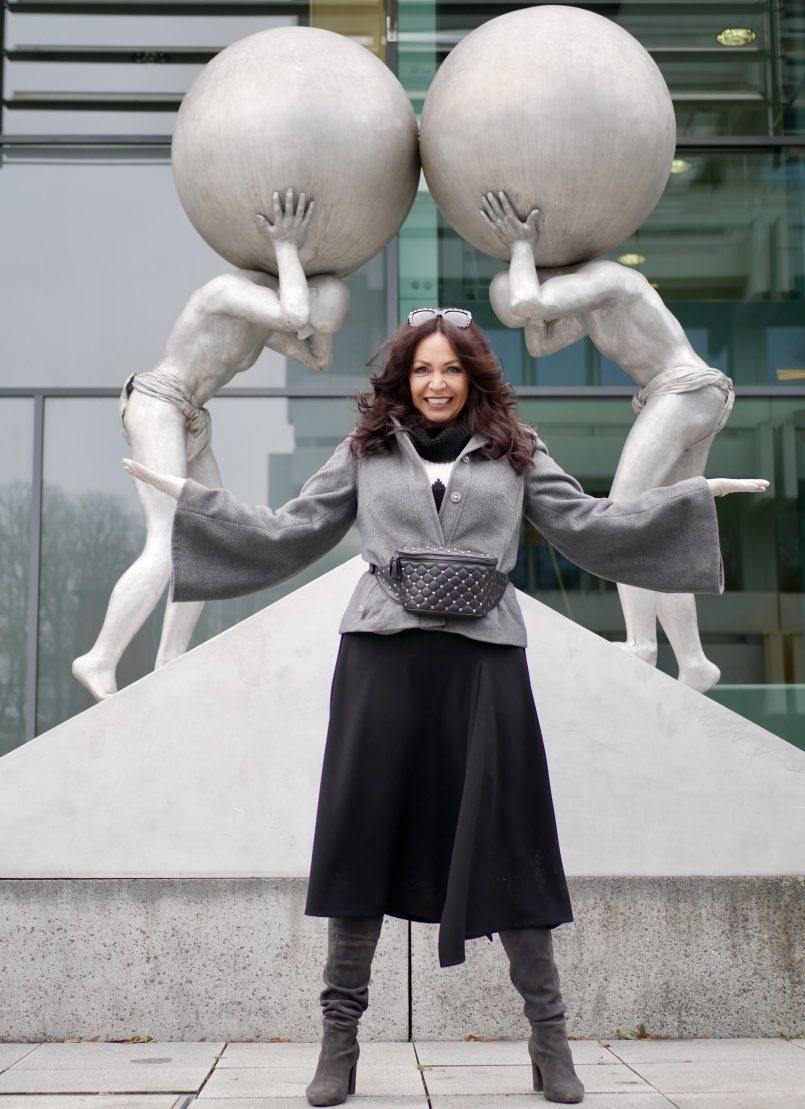 Madelaine Jacket in grey, midi skirt Size10, italian fashion, streetstyle, Dolce & Gabbana shades, eyewearbloger, statement sleeves, Peter kaiser boots, winterstyle, ageless fashion, Fashionblog Augsburg, mystyle, modeblogger, beltbag