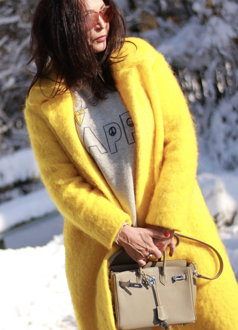Yellow and grey winterstyle, Mango coat, 7 for all Mankind yeans, Ray Ban shades, Grace fashion sweater, ageless fashion, bestage, over50blogger, streetstyle in Winter, Fashionblog Augsburg, eyewearblogger