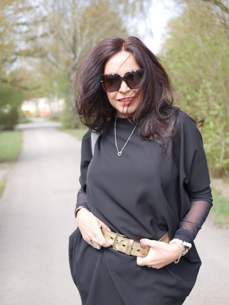 Prada snakeprint belt, Moschino pants, Rinascimento top, Chanel backpack, Dolce & Gabbane shades, Ladies fashion, mystyle, eyewearblogger, over50blogger, Fashionblog Augsburg, streetstyle, streetwear, Fashionweek, trend 2019, Damenmode
