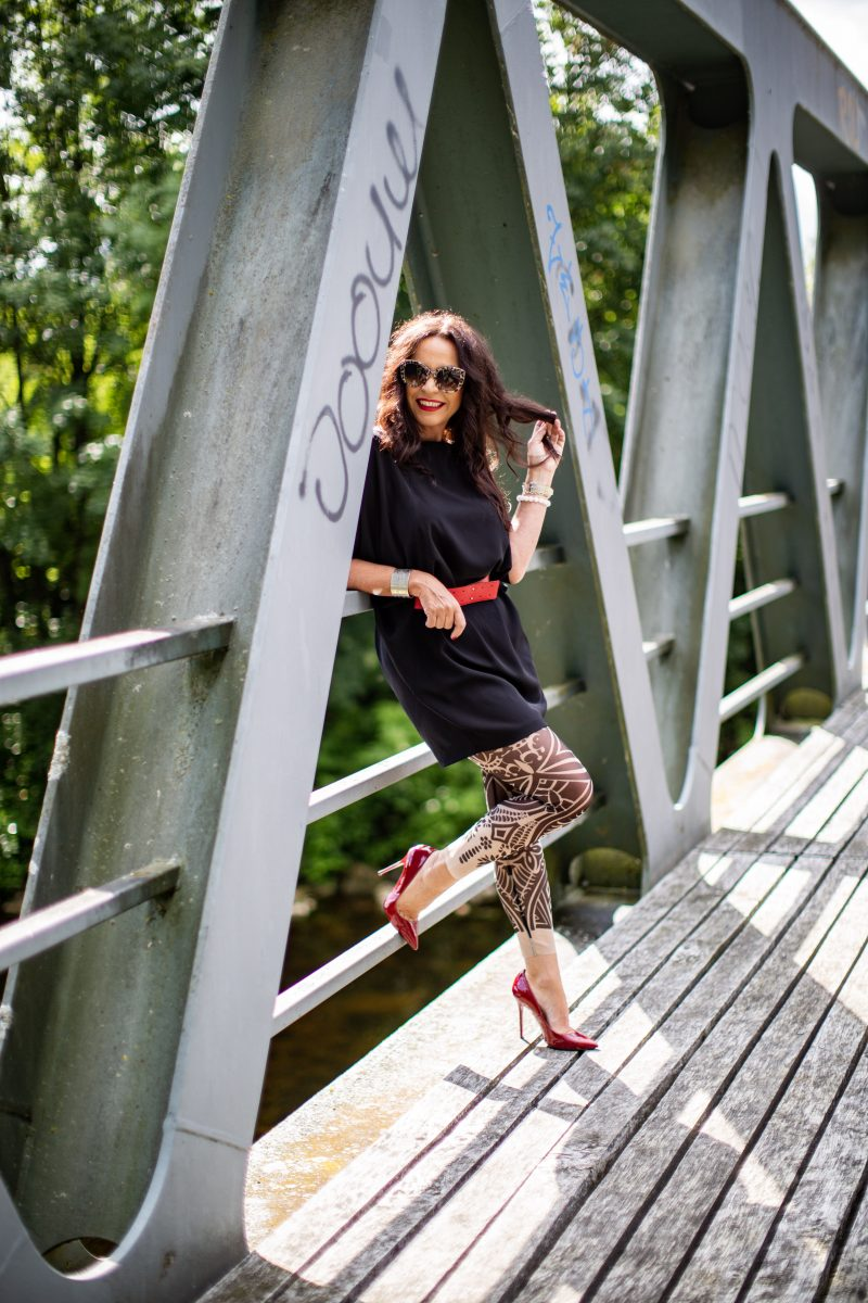 RO Skinware leggings, Rinascimento Top, Nine West shoes, Dolce Gabbana shades, style for ladies, ageless fashion, italia moda, italian fashion, modeblogger, cochastyle, fancy style, Fashionblog Augsburg, Fashionblogger 50plus, over50women, over50, ü50, fblog, streetwear, streetstyle