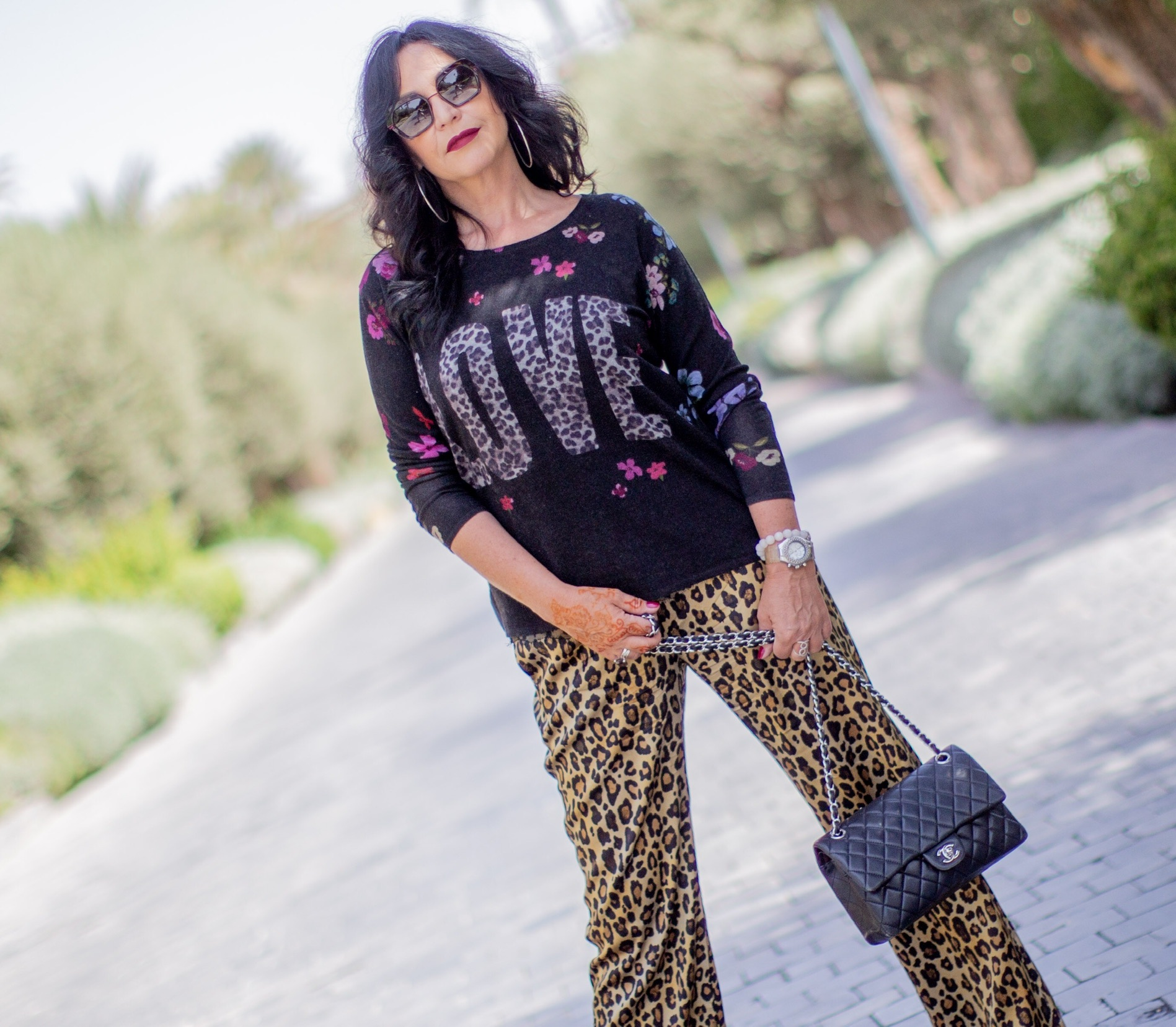 Fall outfit Grace Fashion, leoprint, flowers, Chanel bag, streetstyle, ageless fashion, style for ladies, silk, sweater, comfy pants, fall trends 2019, cashmere, autumn collection, designerwear, eyewearblogger, eyeweartrends, LOVE, designerbag, accessoires