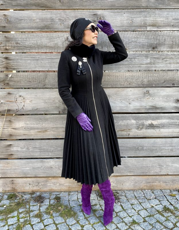 Purple Accessoires, Rinascimento coat, pleated, purple gloves, purple boots, yoox, Chanel pin, bling bling, italia moda, style for ladies, Fashionblog Augsburg, streetstyle, streetfashion, streetwear, winteroutfit, Burberry shades, cochastyle