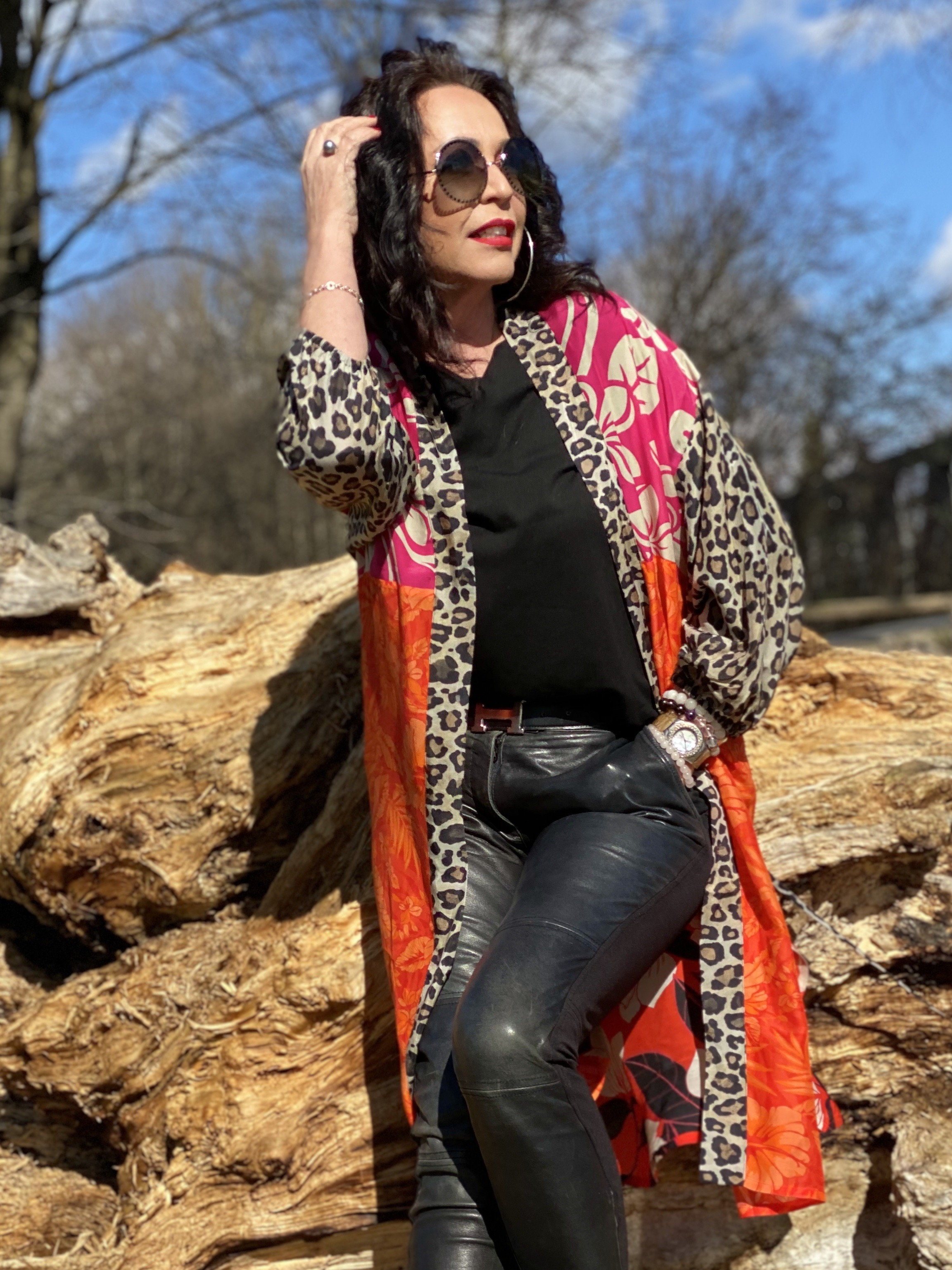 Colorful Kimono, Grace fashion, Marc Jacobs shades, ageless fashion, ageless style, styleblogger, eyewearblogger, eyewearfashion, styleinspiration, leoprint, flowerprint, colors, jewelryblogger, Hermés belt, Moschino pants, leather pants, stylish, streetstyle, streetfashion, cochastyle