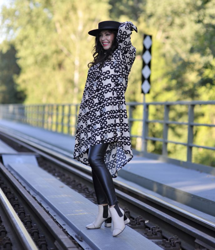 Black and white in Ana Alcazar, Dress, Leggings, prefall 2020, prefall, hat, accessoires, eyewear, Modafeinstore, streetstyle, streetwear, cochastyle, lady, ageless fashion, ageless style, bestage, Fashionblog Augsburg
