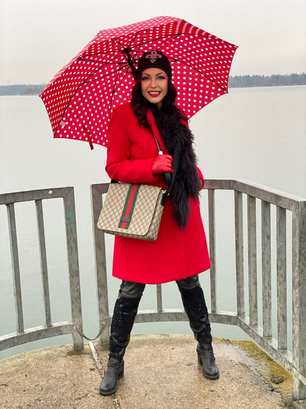 Red coat Rinascimento, umbrelle, ladies fashion, Fashionblog Augsburg, stretching, cochastyle, fall outfit, stylish, streetfashion, autumn, ladies