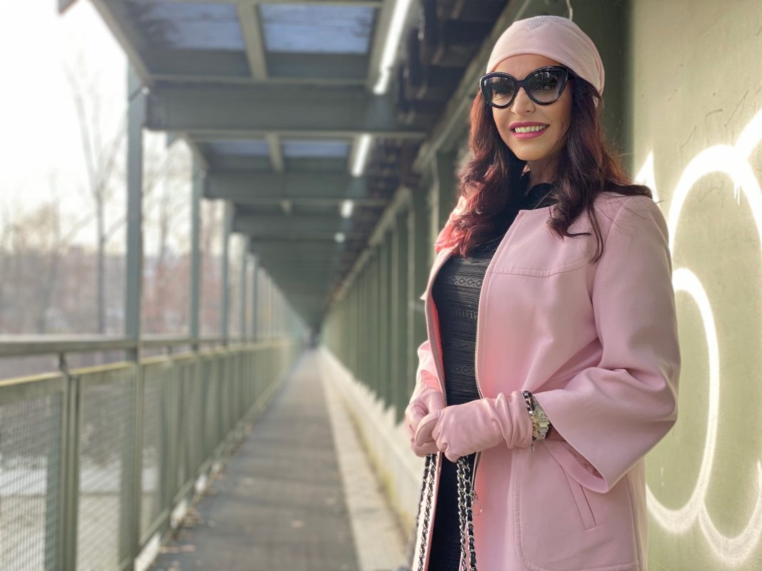 Black and pink winter look, pink hat, Kate Moss dress, Elena Bender Augsburg, overknees, mystyle, style for ladies, streetstyle, cochastyle, eyewearblogger, Prada shades, Chanel bag, gloves Roeckl, pink gloves, streetfashion, winter style
