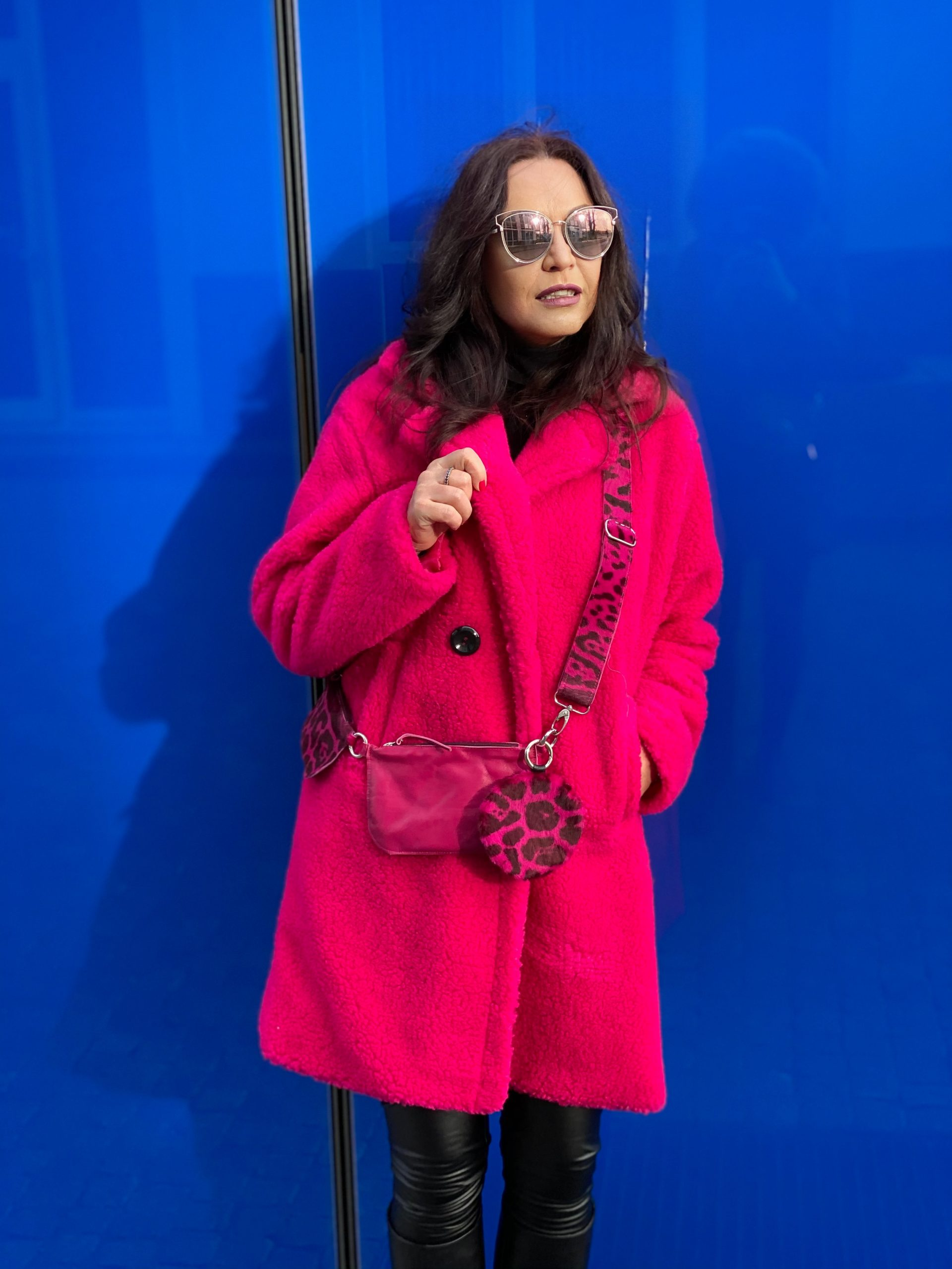Colorsplash, purple coat, Coat Made in Italy, Sibylle bag, Modafein Store Starnberg, Dior shades, winteroutfit, Winterstyle, streetstyle, streetfashion, streetwear, ageless fashion, ageless style, cochastyle, Fashionblog Augsburg